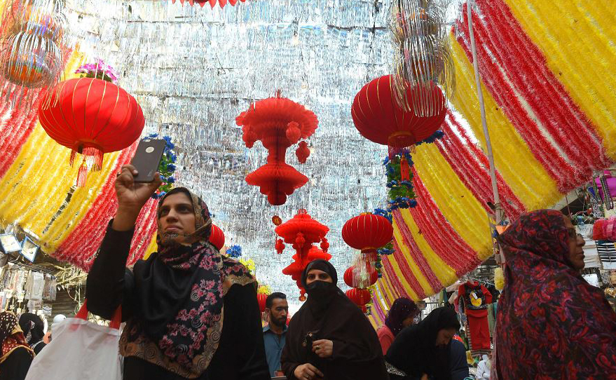 Mercado paquitanês decorado antes do Eid-e-Milad-un-Nabi, o aniversário do Profeta Mohammad, em Lahore.