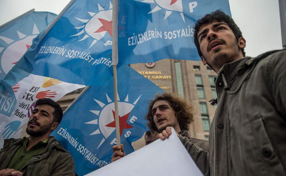 Protesto em frente ao Tribunal de Istambul, em apoio ao jornalista turco-alemão Adil Demirci durante seu julgamento, suspeito de ser membro de um grupo terrorista.