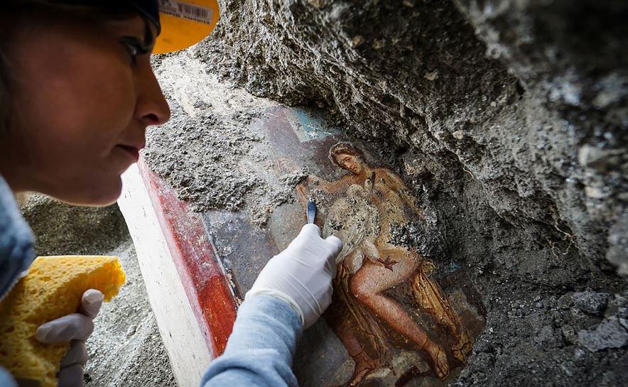 Arqueólogo limpa um afresco recém-descoberto, representando a princesa grega Leda e o cisne, na velha Pompeia.  A antiga cidade romana de Pompeia, agora perto de Nápoles, foi destruída em uma erupção do Vesúvio em 79 AD.