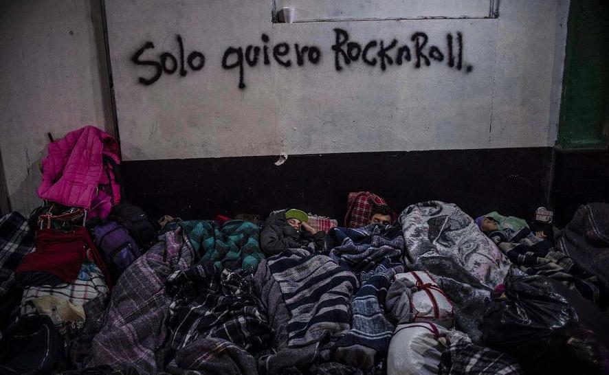Imigrantes centro-americanos, principalmente hondurenhos, movem-se em direção aos Estados Unidos e descansam em um abrigo em Mexicali, estado da Baixa Califórnia, México.