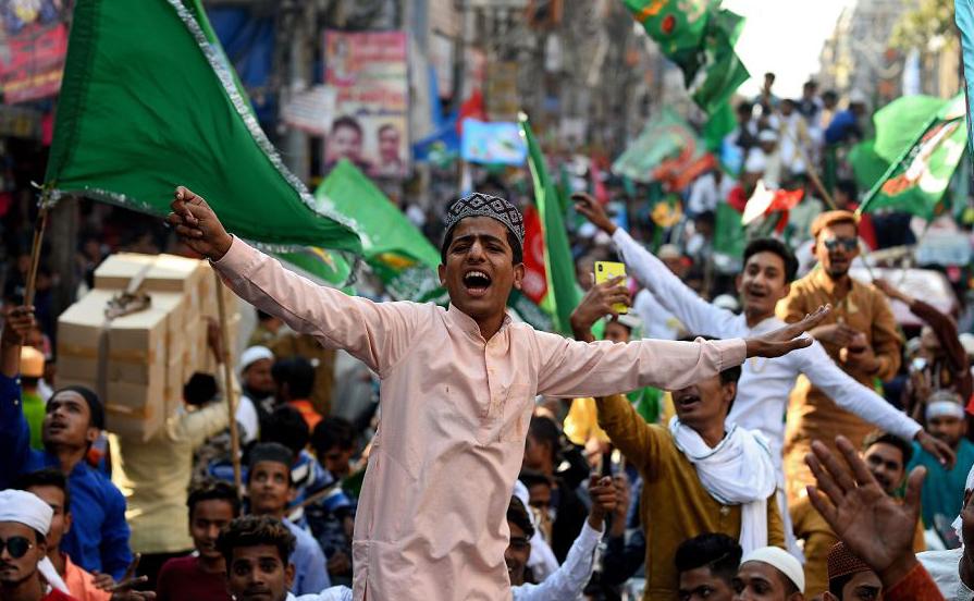Mulçumanos da Índia participam de uma procissão durante o Eid Milad-un-Nabi, que marca o aniversário de nascimento do Profeta Muhammad, nos antigos bairros de Nova Deli.
