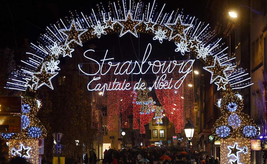 Luzes de Natal decoram as ruas em Estrasburgo, leste da França, no dia da abertura do mercado de Natal da cidade, o maior e um dos mais antigos mercados de Natal na França.