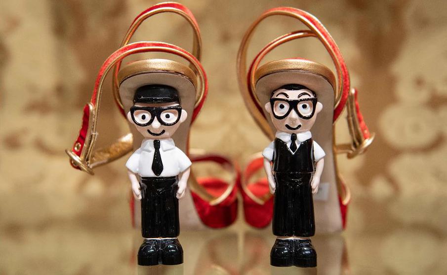 Sapatos com saltos feitos de estatuetas representando os estilistas italianos Domenico Dolce (E) e Stefano Gabbana são exibidos em uma loja Dolce & Gabbana em Pequim.