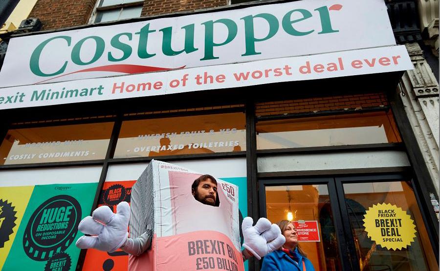 """Mercadinho """"Brexit' Costupper', loja com rótulos temáticos que revelam a pobreza dos produtos alimentares industrializados."""