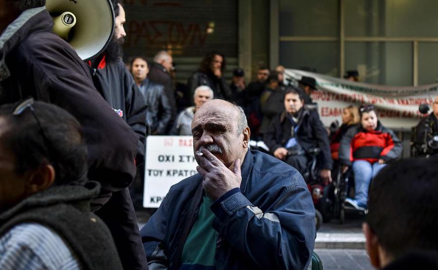 Aposentados e pessoas com deficiência física participam de um protesto contra contra as novas medidas de austeridade no Setor dos cuidados de saúde propostas pelo governo de  Atenas.