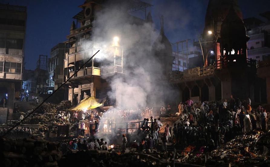 Cremação coletiva no crematório tradicional de Manikarnika Ghat no rio Ganges, em Varanasi. São cerca de 200 cremações por dia. Cada pira consome entre 200 e 400 quilos de madeira, numa média de 80 toneladas/dia.