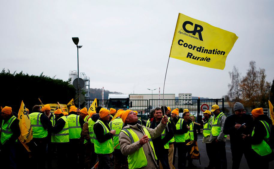 """Agricultores franceses da """"Coordenação Rurale"""" protestam contra a utilização do óleo de dendê na receita de Nutella,  em frente a fábrica de Ferrero em Villers-Ecalles, noroeste da França."""