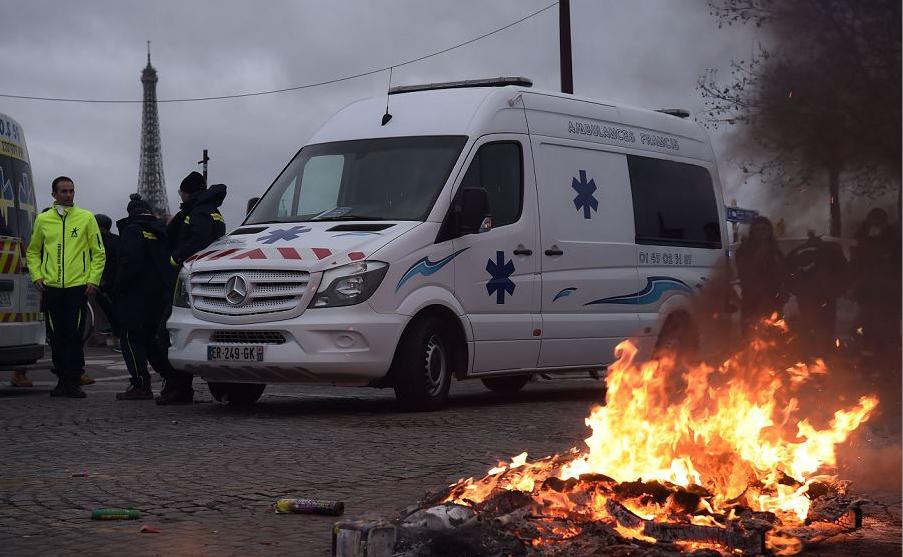 Motoristas de ambulância protestam perto da Assembleia Nacional Francesa, em Paris, contra suas condições de trabalho e pedir a retirada do artigo 80 da lei das finanças, na segurança social.