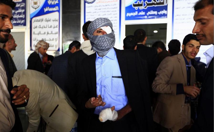Um rebelde ferido iemenita aguarda seu deslocamento para a capital de Omã no Aeroporto Internacional de Sanaa. Os rebeldes feridos seguem para para tratamento médico em um avião fretado.