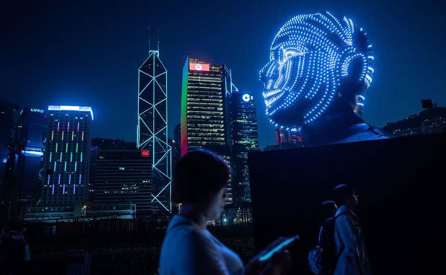 'Talking Head' por Viktor Vicsek da Hungria durante o Festival de luz de Hong Kong.
