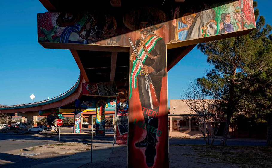 Murais de vários artistas são retratados no Lincoln Park, perto do Memorial Nacional Chamizal e da fronteira EUA-México, em El Paso, Texas. Mais de 100 pinturas retratando a cultura latino  americana.