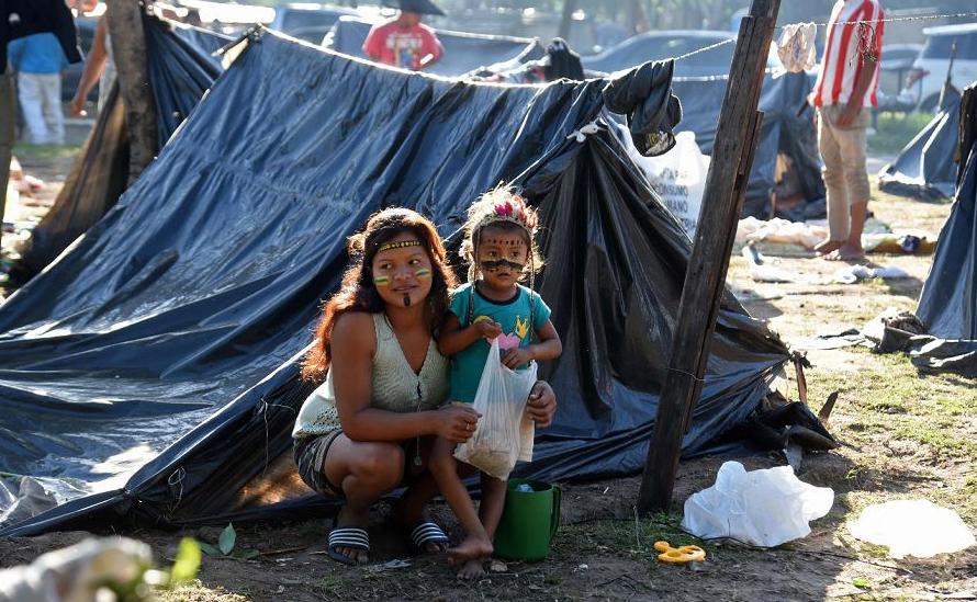 Indígenas do Paraguai acampam em frente ao Congresso, em protesto contra a diretora do Instituto Nacional do indígena (INDI) Ana Maria Allen em Assunção.
