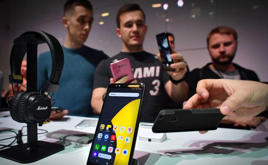 A empresa de telefonia russa Yandex. Lança seu primeiro smartphone. O novo dispositivo móvel, vai estar à venda amanhã a um custo de 17.990 rublos (US $269) e irá funcionar com o sistema Android.
