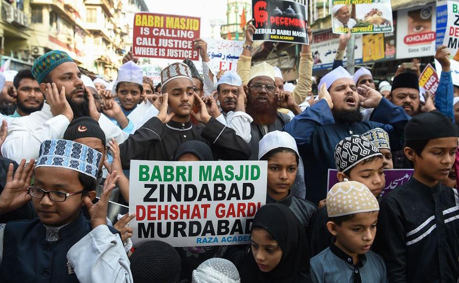 Ativistas e simpatizantes comemoram o 26º aniversário da demolição da Mesquita de Babri Masjid localizada em Ayodhya, em Mumbai. A demolição deu início a revoltas em toda a Índia que deixou milhares de mortos.