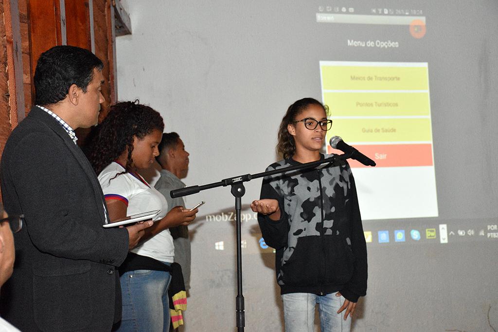 Uma das estudantes que participaram do hackaton dos ODS. A equipe dela criou um aplicativo com informações e dicas sobre turismo em Morro do Chapéu