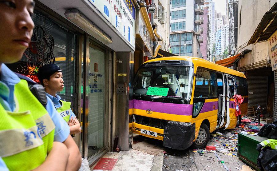 Ônibus escolar perdeu a direção e invadiu um bairro comercial no distrito norte de Hong Kong. Duas pessoas morreram e 13 ficaram feridas.