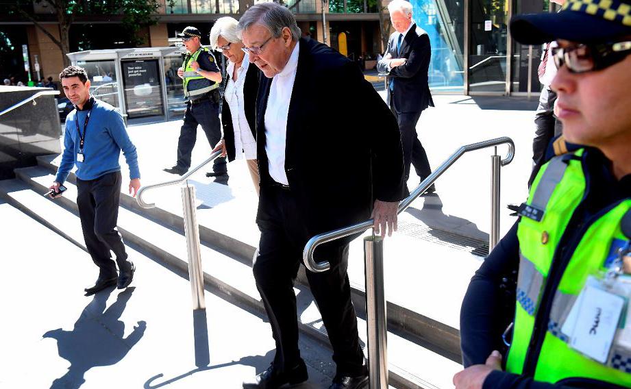 O Cardeal George Pell que enfrenta várias acusações de assédio sexual contra crianças  caminha em Melbourne.