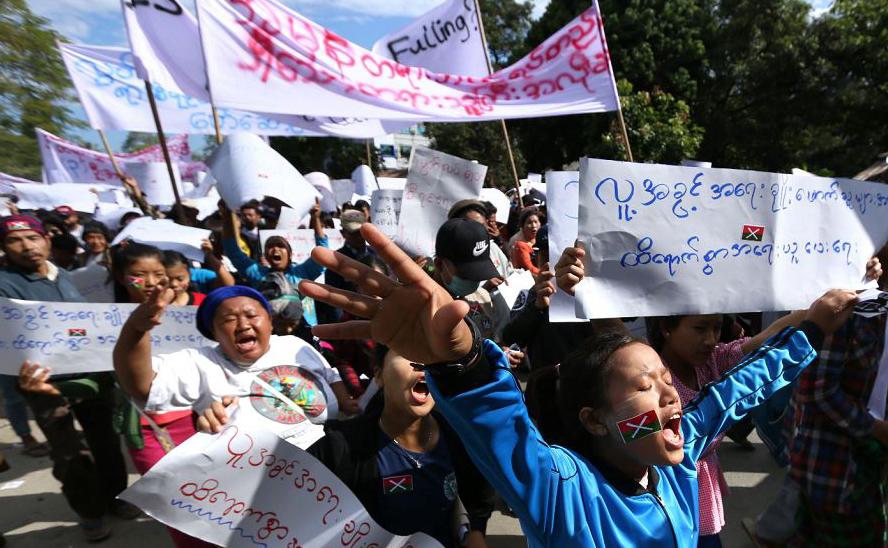 Manifestação em apoio a três ativistas presos pela polícia de Mianmar , marcham em Myitkyina, capital do estado de Kachin.