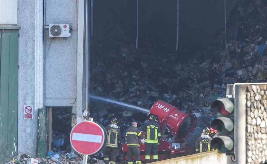 Bombeiros usam um robô extintor para debelar o fogo na unidade de tratamento mecânico de resíduos biológicos na fábrica TMB Salaria, ao norte de Roma.