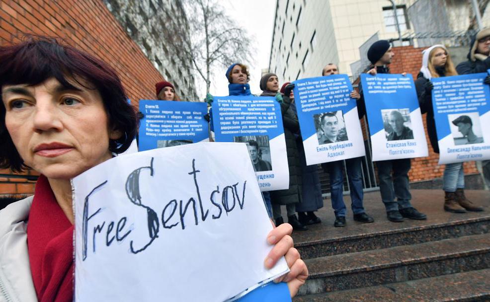 Manifestação a favor da libertação do diretor de cinema ucraniano Oleg Sentsov , 70 anos, e mais 70 presos políticos, mantidos detidos na Rússia, em frente à Embaixada da UE em Kiev.