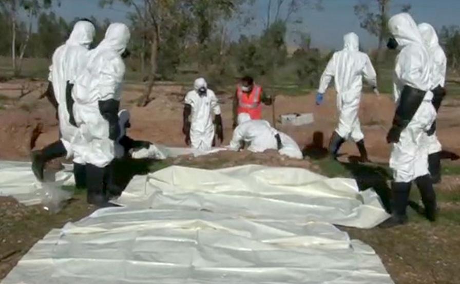 Foto do site oficial Arab News Agency (SANA) mostra o que as autoridades sírias dizem que são peritos forenses escavando uma vala coletiva na área de Boukamal na zona rural da província Síria de Deir Ezzor.