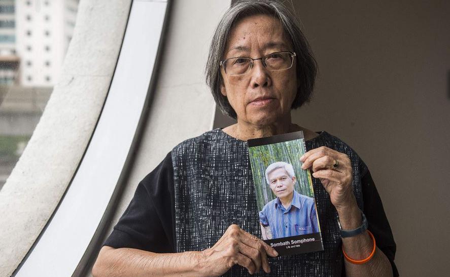 Shui-Meng Ng mostra a foto de seu marido desaparecido, o ativista ambiental Sombath Somphone, em Laos. Ele  desapareceu após ser parado pela polícia em um posto nas ruas do Vietnam em 15 de dezembro de 2012