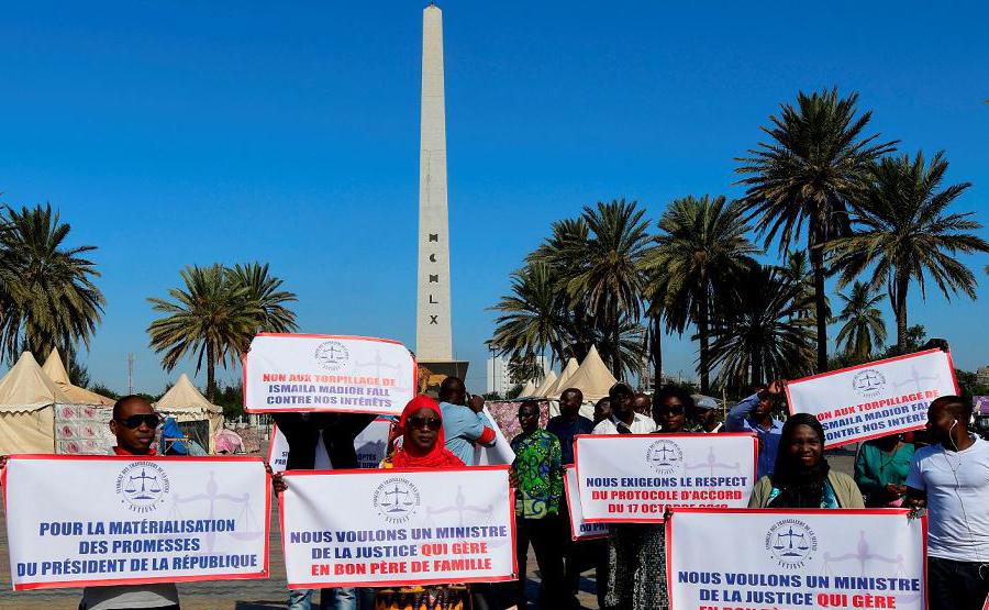 Membros do sindicato senegalês dos trabalhadores da Justiça protestam por salários mais elevados e melhores condições de trabalho, no l'obelisque, em Dakar.