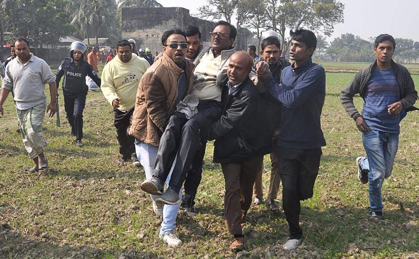 O candidato do partido nacionalista de Bangladesh,  Habibur Rahman Habib (C) é resgatado por seus partidários, após um ataque durante a campanha eleitoral em Ishawardi Upazila, distrito de Palla. Dois outros candidatos foram esfaqueados.