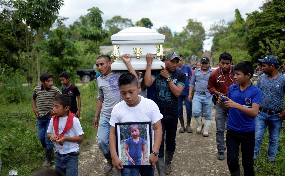 Enterro da criança de sete anos Jakelin Caal, que morreu em um hospital do Texas, dois dias depois de ser levada em custódia pelos agentes de patrulha de fronteira dos EUA em um trecho remoto do deserto do Novo México.