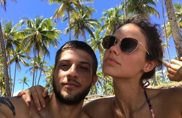 Chay Suede e Laura Neiva vão curtir a virada em Morro de São Paulo