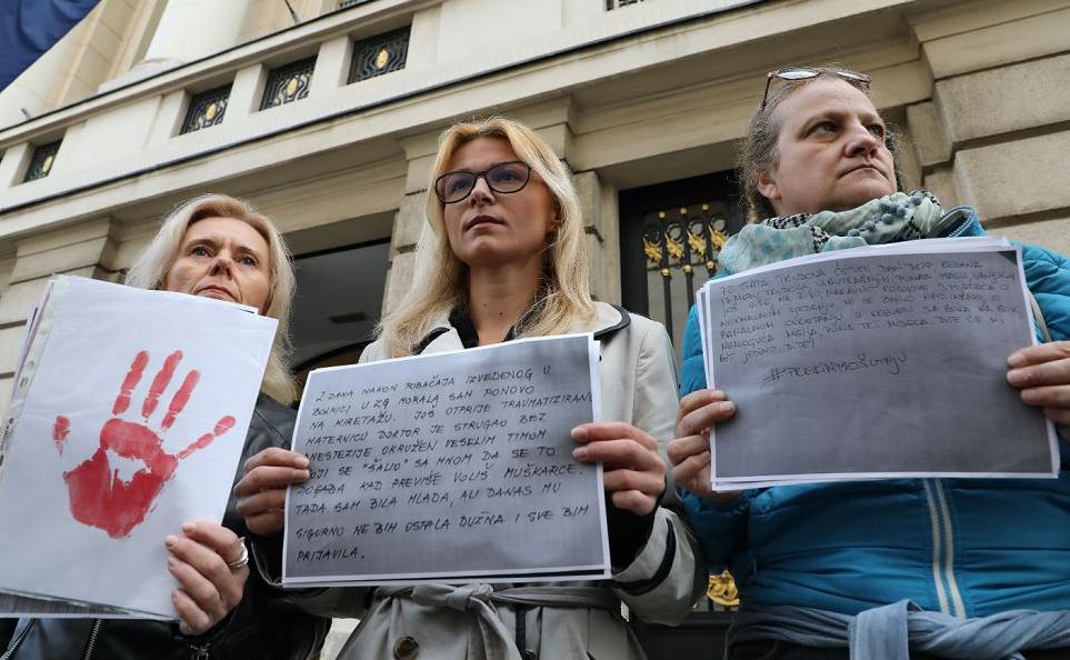 """Ativistas da Associação Roda de Mulheres se reuniram fora do Parlamento da Croácia em Zagreb, como parte da campanha  """"# Vamos parar o silêncio"""" onde são divulgados os  depoimentos de mulheres sobre parto traumático."""