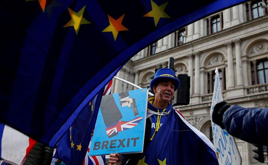 """O ativista anti-Brexit Steve Bray protesta em Whitehall, no centro de Londres. As chances da Grã-Bretanha deixar a União Europeia são """"50-50""""."""