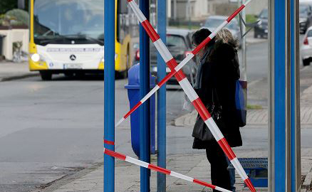 Ponto de ônibus em Essen, na Alemanha, onde um homem jogou o carro que dirigia contra uma mulher que esperava no ponto durante o ano novo. Este homem de 50 anos também jogou o carro contra um grupo de estrangeiros, ferindo 08 pessoas.