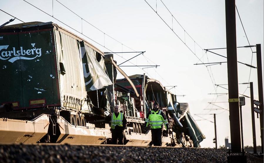 Trem de carga danificado após um acidente em Nyborg,na Dinamarca. Várias pessoas morreram neste acidente numa ponte que liga duas ilhas da Dinamarca.