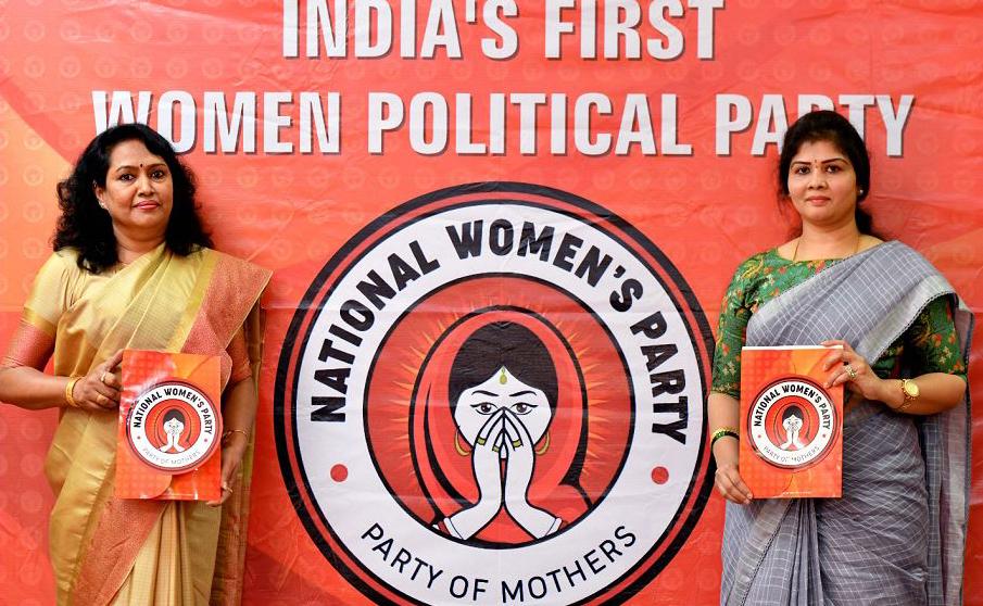 Shwetha Shetty (D), presidente nacional do primeiro partido político formado por mulheres em nível nacional, e SK Rupa Rani, presidente de estado de Karnataka, mostram o logotipo da agremiação em Bangalore.