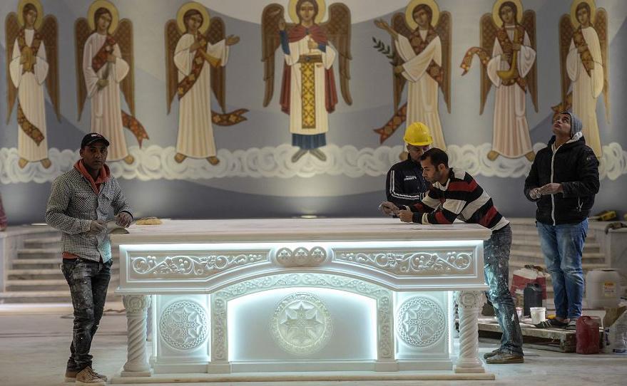 Trabalhadores terminam os últimos retoques no interior da Catedral da Natividade de Cristo no Egito, a 45kms a leste do Cairo.