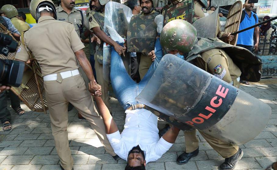 Polícia detém um ativista indiano, em meio a manifestações depois que duas mulheres entraram no templo de vrias, em Kochi no sul do estado de Kerala. O acontecido já rende dois dias de confrontos envolvendo a polícia e os radicais hindus.