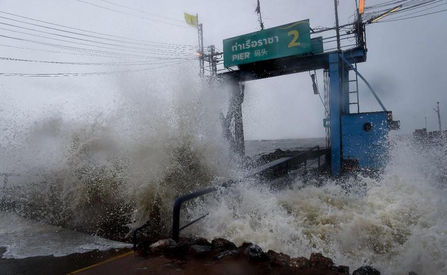 A tempestade tropical Pabuk entra em colisão com um píer no sul da província tailandesa de Surat Thani. Dezenas de milhares de turistas de algumas das ilhas mais populares da Tailândia fugiram das ondas com mais de sete metros (22 pés).