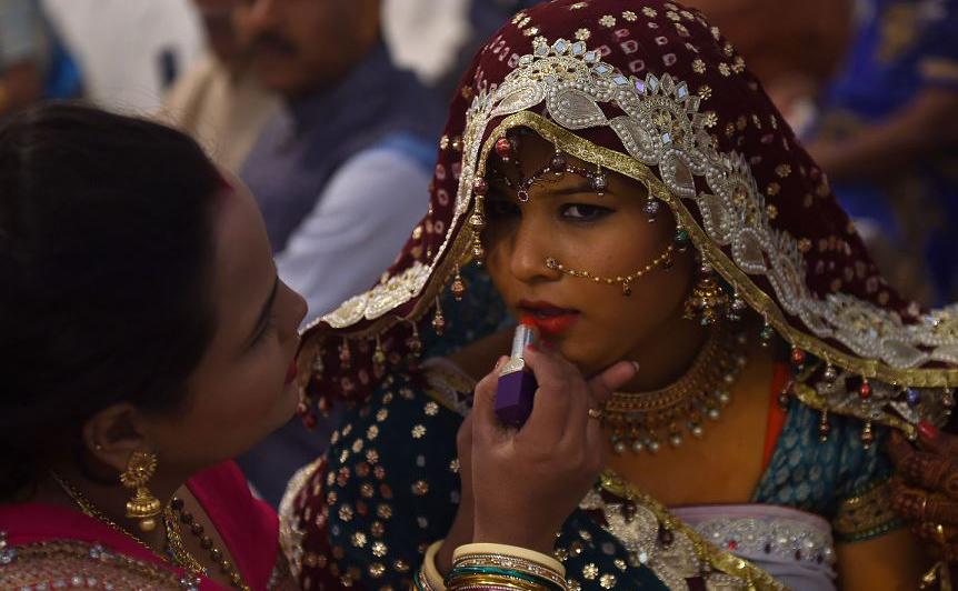 Preparação da noiva numa cerimônia de casamento em grupo em Karachi, no Paquistão O Conselho Hindu organizou uma cerimônia de casamento em massa para 80 casais que não podiam pagar suas despesas.
