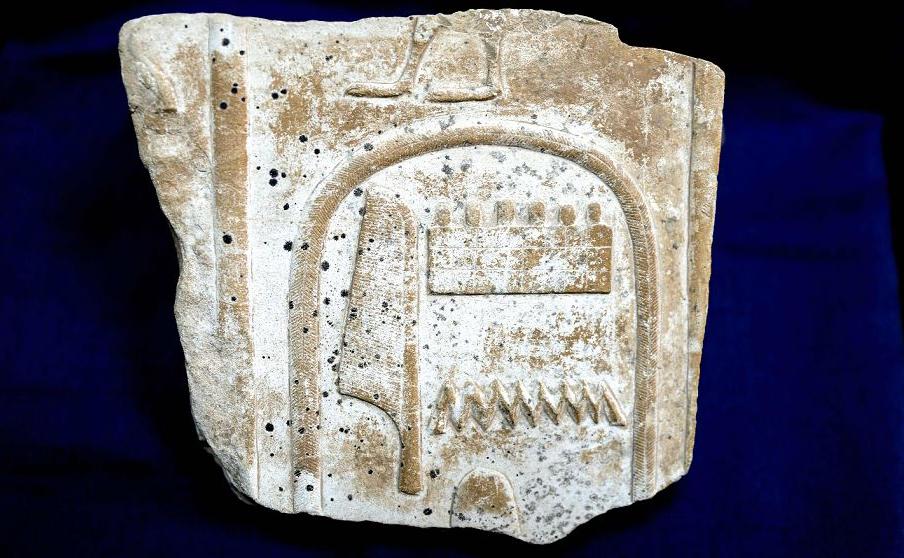 Relevo egípcio que estava em exibição no templo de Karnak, em Luxor mostra um fragmento de cártula esculpida do rei Amonhotep I da dinastia 18 (16-13 a.c.), recuperado do Reino Unido  depois que ele foi contrabandeadas para fora do Egito.