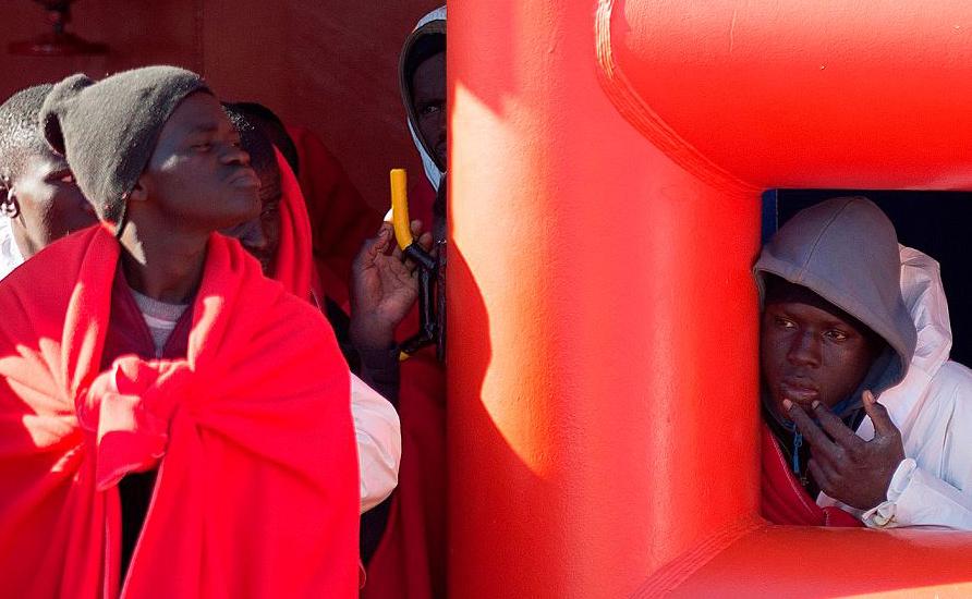 Migrantes no porto de Málaga, após um barco inflável carregando 188 migrantes ser resgatado pela guarda costeira espanhola. A Espanha tornou-se o ponto de entrada principal da Europa para os migrantes.