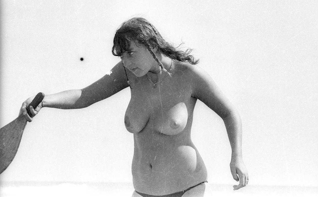 Frescobol de topless na Praia dos Artistas, em fevereiro de 1980
