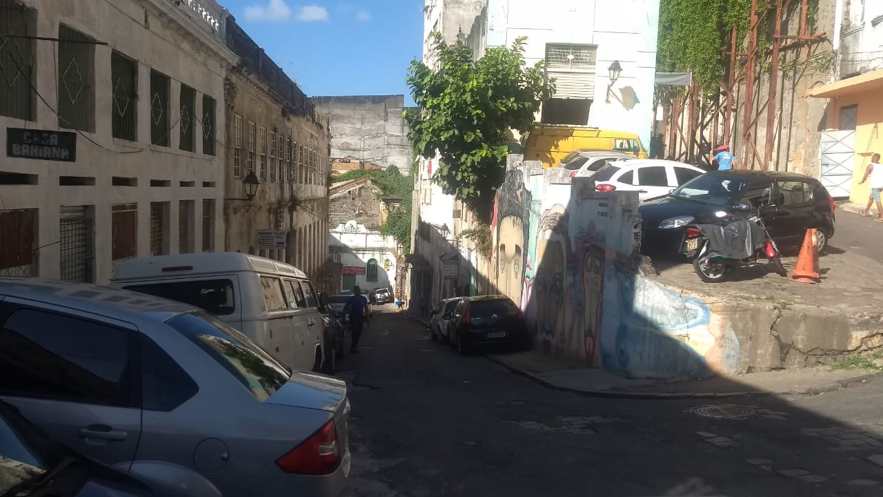 Bombeiros tiveram dificuldade de passar por rua estreita