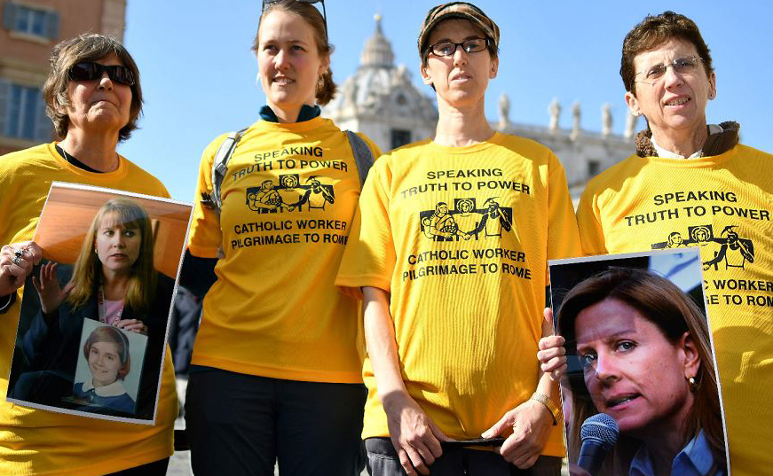 Membros do coletivo a favor do fim de abusos por padres (ECA),  uma organização global de sobreviventes e ativistas que estão em Roma para cúpula papal desta semana, exibem fotos de Barbara Blaine, falecida fundadora da rede.