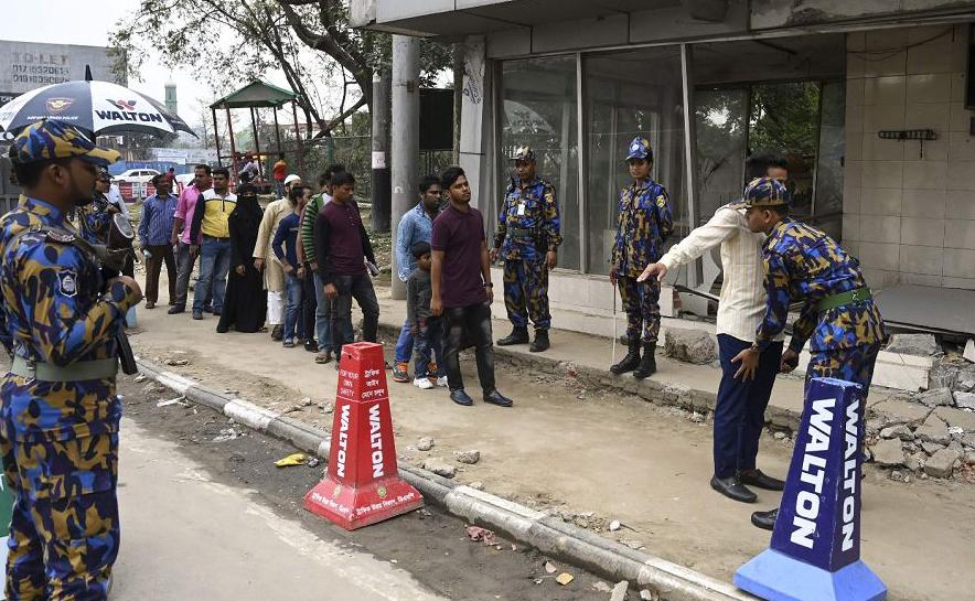 Seguranças vistoriam a entrada do Aeroporto Internacional de Daca Hazrat em Dhaka, Bangladesh, após uma tentativa de sequestro de aeronave.