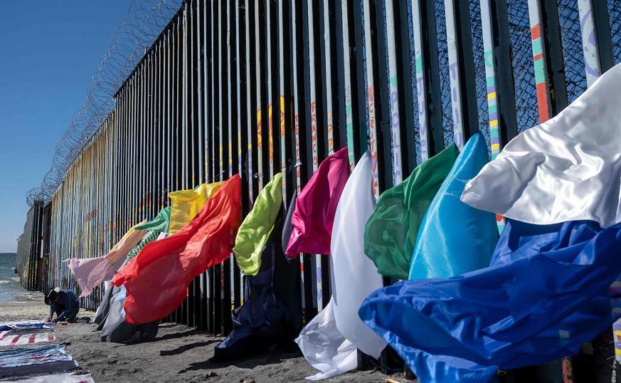 Instalação do artista centro-americano Robenz no muro da fronteira México-Estados Unidos no estado de Baja California, Playas de Tijuana, México.