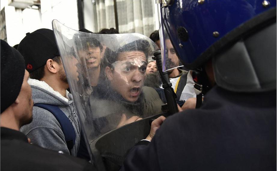 Estudantes argelinos enfrentam a polícia durante um protesto no campus principal da Universidade de Argel contra a candidatura do Presidente Abdelaziz Bouteflika para um quinto mandato.