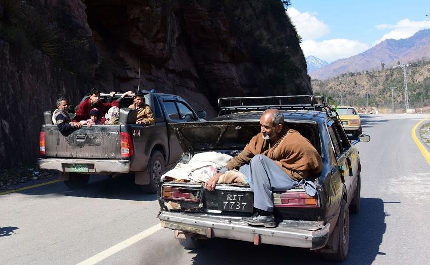 Paquistaneses da Caxemira deixam suas casas na fronteira com a cidade de Chakothi, amendrotados com o clima de hostlidades entre Índia e Paquistão, após ameaças de mais bombardeios.