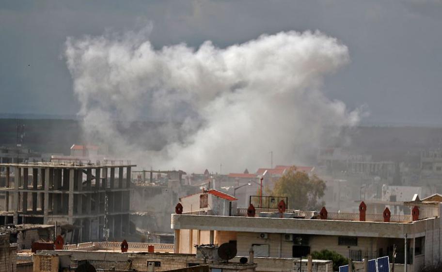 Bombardeio na cidade de Khan Sheikhun na zona rural da província rebelde de Idlib.