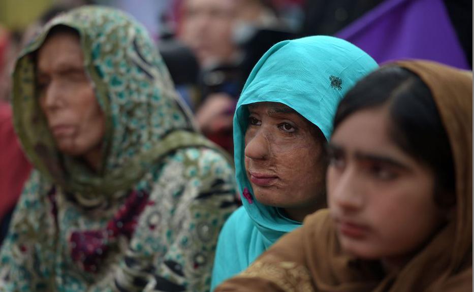 Mulheres vítimas de ataques de ácido se juntam à Marcha pelos direitos da Mulher em Islamabad, no Paquistão.